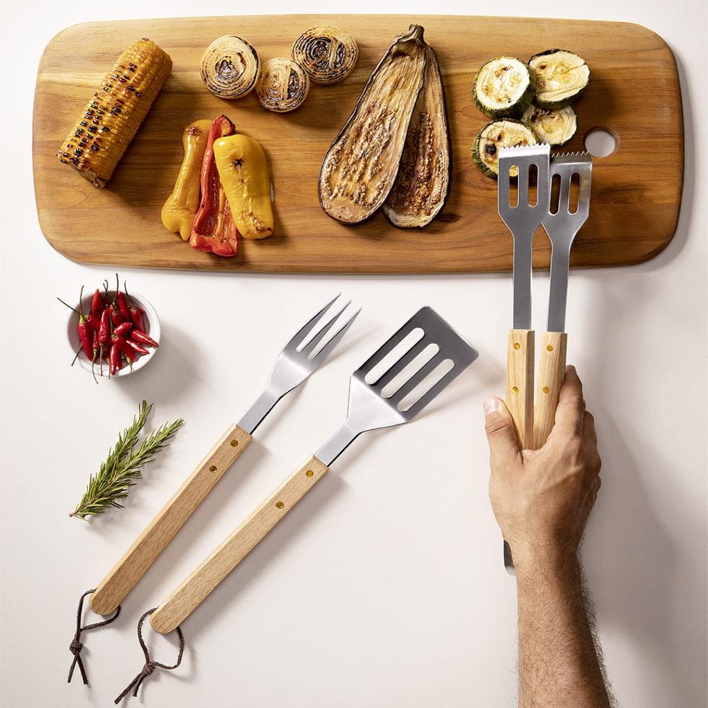 Kit churrasco três peças da Brinox. Garfo, espátula e pegador com cabo de madeira.